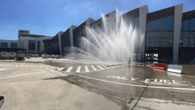 Rideau d'eau sur le tarmac de Brussels Airport