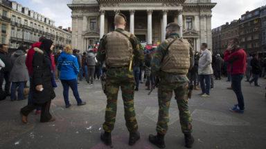 Le niveau de la menace terroriste descend bien à 2 mais les militaires restent dans la rue