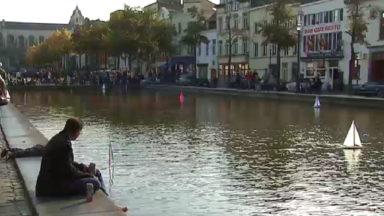 Des voiliers voguent sur le grand bassin de la Place Sainte-Catherine