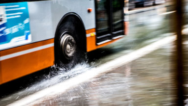 Un chauffeur de bus fait un malaise et fonce dans un Brico