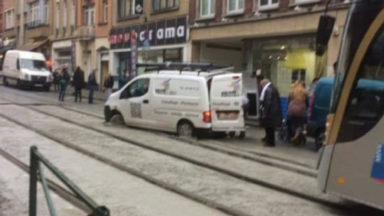 La saga continue : une camionnette coincée sur des rails chaussée de Helmet