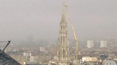 Une immense grue surplombe la Grand-Place de Bruxelles