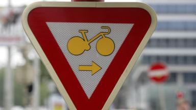 80 km de pistes cyclables en Région bruxelloise : David Weytsman dénonce le retard, Pascal Smet répond