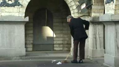 Adrien gardien nettoyeur bénévole de la place des Martyrs