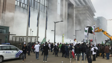 Les producteurs laitiers en colère répandent du lait en poudre dans le quartier européen