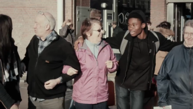 Une maison de repos fait danser des seniors à la station Simonis