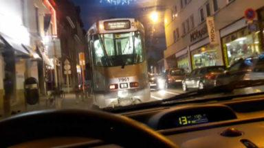 Un tram remonte la Chaussée d'Alsemberg à contre-sens