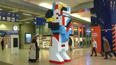 Un robot en forme de Légo géant trône au milieu de la gare du Midi