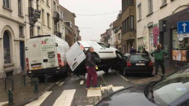 Accident spectaculaire d'une camionnette à Ixelles