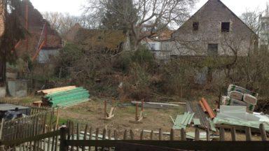 Neder-over-Heembeek : Une ferme classée, envahie par des déchets de construction