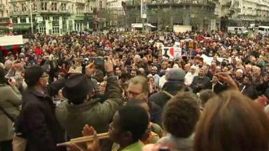 2000 personnes rassemblées à la Bourse, lieu de recueillement