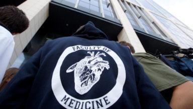 Les étudiants en médecine et en dentisterie se rassemblent pour soutenir les «reçus-collés»