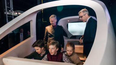 Le Roi en visite à Train World avec trois de ses enfants