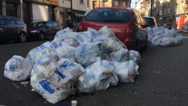 Des poubelles encombrent toujours les trottoirs