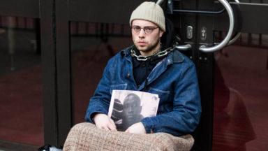 Un homme s'enchaîne à l'Office des Etrangers pour demander la libération de sans-papiers