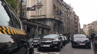 Rassemblement de taxis devant le parlement bruxellois