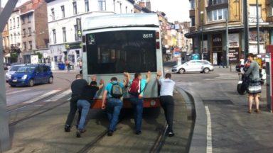 Flagey : un bus en panne sur les voies du tram, poussé par des navetteurs