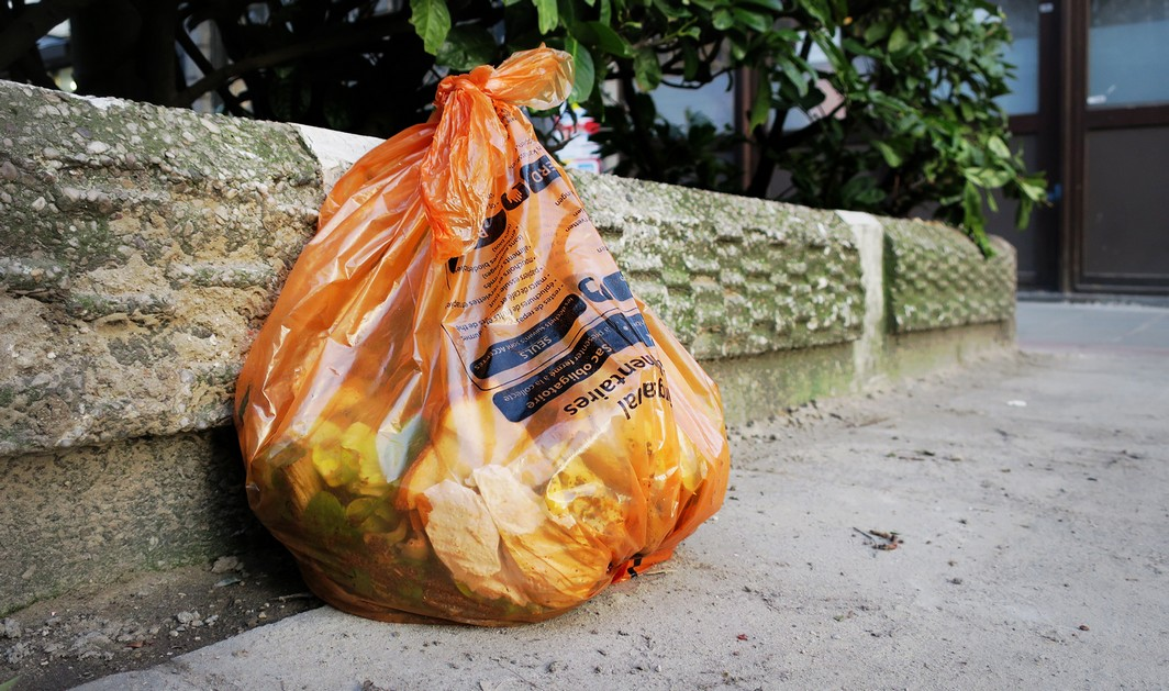 Illustration picture shows  an orange bin bag for food waste in the streets of Brussels, Wednesday 15 February 2017. BELGA PHOTO JENS THEYS