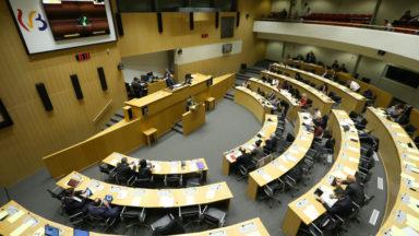 Le Parlement de la FWB demande des menus végétariens et l'enseignement des premiers secours à l'école