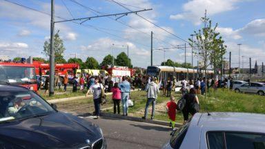 Le tram 7 à l'arrêt à la suite d'une collision avec un cycliste