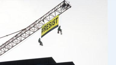 Greenpeace déploie une banderole sur une grue proche de l'ambassade américaine