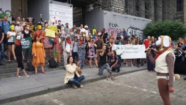 Des activistes écologistes soutenus pendant qu'ils comparaissent devant le tribunal