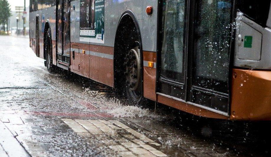 le bus de la ligne 61 perturb cause d 39 une fuite d 39 eau entre clays et la rue traversi re. Black Bedroom Furniture Sets. Home Design Ideas