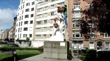 Statues fleuries: Geoffroy Mottart met de la couleur sur la place Charles Graux à Ixelles