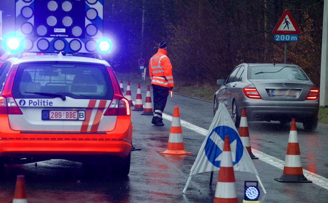 20160115 - HALLE, BELGIUM: Illustration picture shows an alcohol control action by the police in Halle on Friday 15 January 2016. This action launches a week-end of alcohol controls all over Belgium organised by federal police and 125 police zones. BELGA PHOTO NICOLAS MAETERLINCK