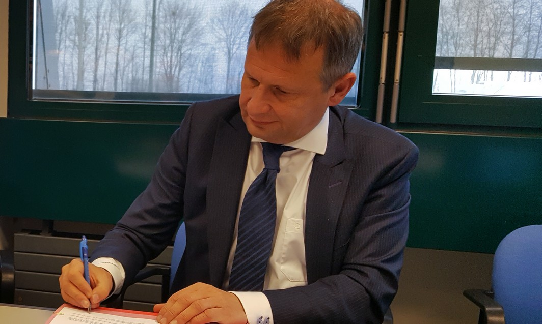 ATTENTION EDITORS - SMARTPHONE PICTURE - BEST QUALITY AVAILABLE  Luc Vuylsteke of Sowaer and Belgocontrol CEO Johan Decuyper pictured during the signing of a contract between Belgocontrol and Sowaer, on Tuesday 24 January 2017, at the Liege Airport.  BELGA PHOTO JESSICA DEFGNEE