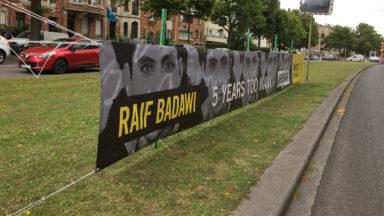 Amnesty International installe une bannière #FreeRaif devant l'ambassade d'Arabie Saoudite à Bruxelles