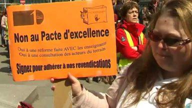 Les enseignants manifestent devant le cabinet de Marie-Martine Schyns contre le Pacte d'Excellence