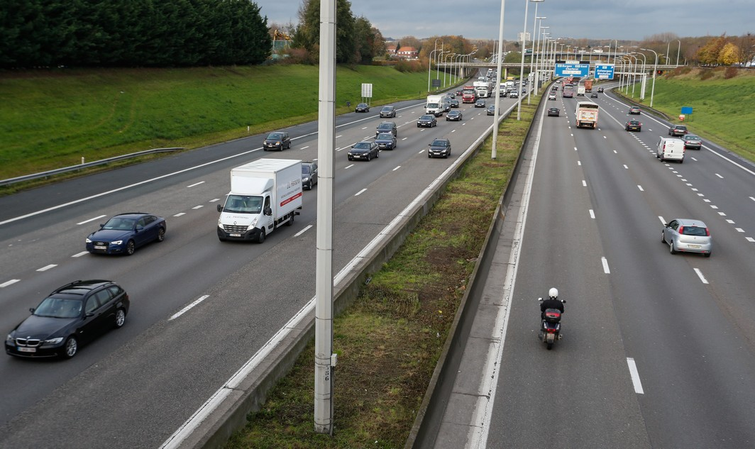 20141117 - ZAVENTEM, BELGIUM: Illustration shows traffic after an accident with thirteen cars near Zaventem exit in the outside ring of Brussels, Monday 17 November 2014. BELGA PHOTO THIERRY ROGE