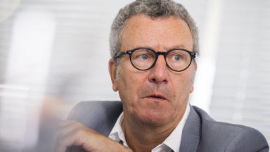 Tant qu'Yvan Mayeur reste conseiller communal à la ville de Bruxelles, il pourra garder des mandats