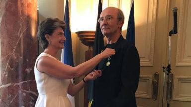 Philippe Geluck reçoit les insignes d'Officier des Arts et des Lettres