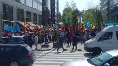 Des manifestants réclament la promotion des droits humains lors de la rencontre UE-Chine