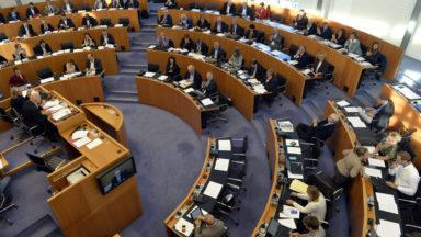 Le parlement bruxellois restera au travail – en vidéoconférence – durant les vacances