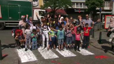 Molenbeek : un passage piéton dessiné symboliquement devant l'école n°7 Arc-en-Ciel