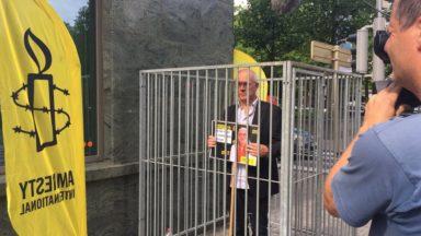 Le directeur d'Amnesty Belgique se met en cage devant l'ambassade de Turquie