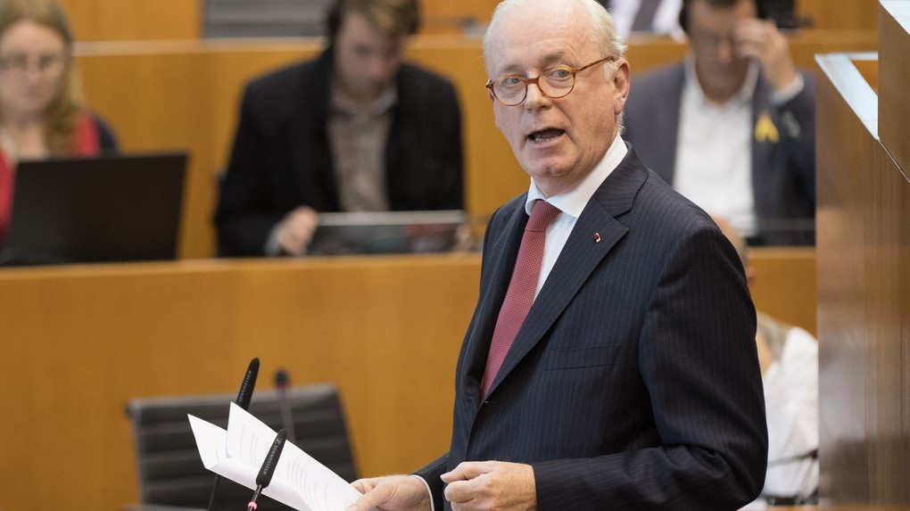 MR's Armand De Decker pictured during a plenary session of the Brussels Parliament in Brussels with the debate on the CETA (EU-Canada Comprehensive Economic and Trade Agreement), Friday 21 October 2016. BELGA PHOTO BENOIT DOPPAGNE