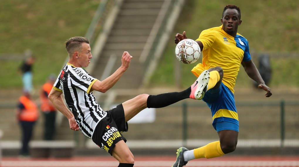 Charleroi's Clement Tainmont and Union's Jordan Massengo fight for the ball during a friendly soccer game between first division team Sporting Charleroi and second division club Royale Union Saint-Gilloise, in Braine L'Alleud, Sunday 16 July 2017. BELGA PHOTO VIRGINIE LEFOUR