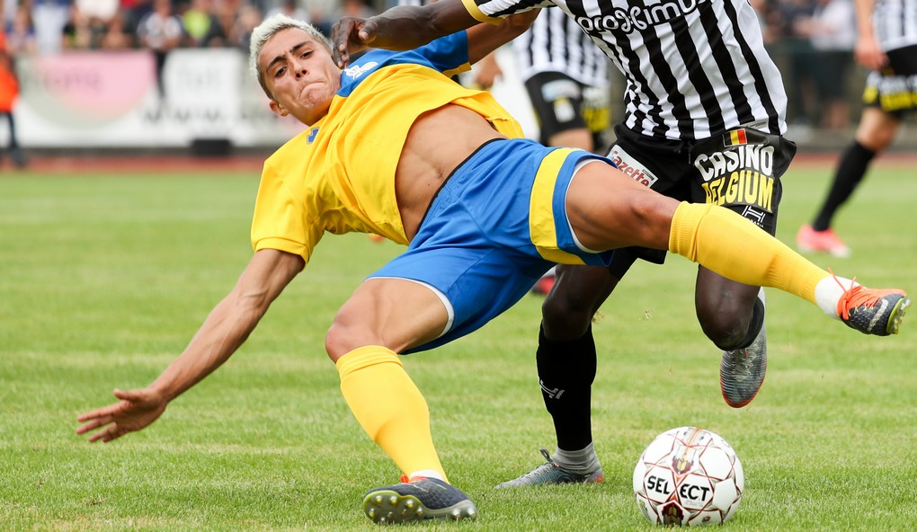 Union's Mathias Fixelle and Charleroi's Mamadou Fall fight for the ball during a friendly soccer game between first division team Sporting Charleroi and second division club Royale Union Saint-Gilloise, in Braine L'Alleud, Sunday 16 July 2017. BELGA PHOTO VIRGINIE LEFOUR