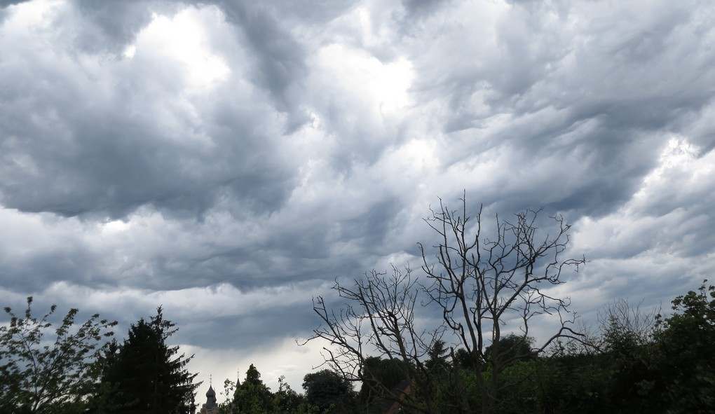 20140609 - DILBEEK, BELGIUM: Illustration picture shows wave-like clouds above Dilbeek, Monday 09 June 2014. BELGA PHOTO ILSE KETELE