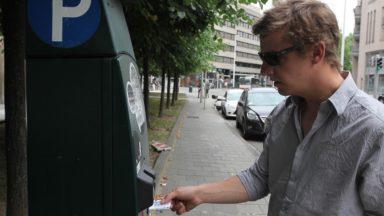 Les horodateurs qui n'acceptent pas le cash sont illégaux, selon Kris Peeters
