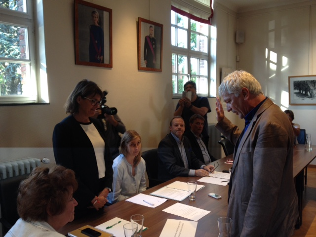 "Pasquale Nardone legt tijdens gemeenteraad Linkebeek de eed af als schepen in handen van burgemeester Valerie Geeurickx on the picture regarding the Belga article ""Pasquale Nardone legt eed af bij burgemeester Valerie Geeurickx als 3e schepen Linkebeek (2)"", 12/07/2017 23:23, in LEUVEN. BEST QUALITY AVAILABLE - BELGA PHOTO LUC VANHEERENTALS"