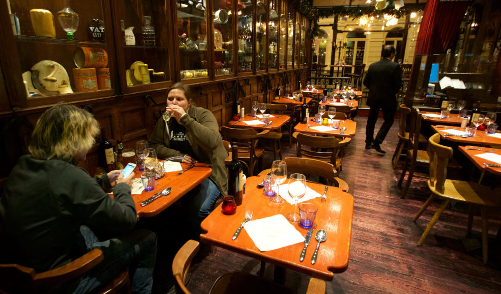 20151124 - BRUSSELS, BELGIUM: Illustration shows Nearly empty restaurant and owner, Tuesday 24 November 2015, in Brussels. The terrorist threat level is being kept at level four, the maximum in Brussels region, and has be maintained at level three for the rest of the country. The level 4 threat level for Brussels will be maintained until next Monday. All schools in Brussels and the subway stay closed. BELGA PHOTO NICOLAS MAETERLINCK