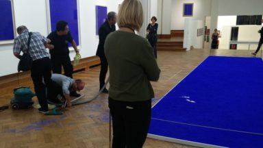 Bozar : un visiteur piétine par erreur une œuvre d'Yves Klein