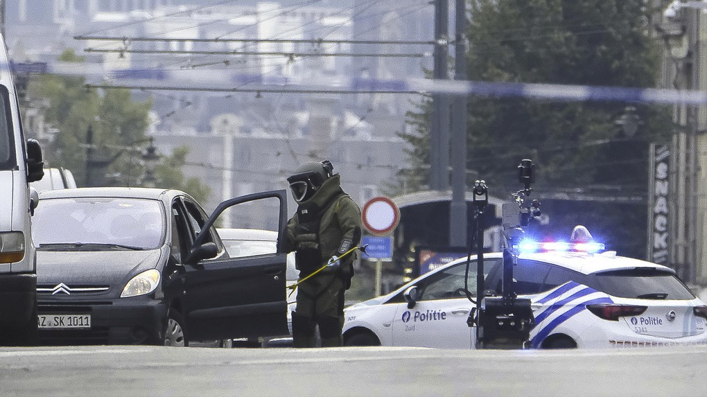 DOVO - SEDEE, the mine clearance service of the defence, member busy with the car of the suspect (with German plate number) inside the security perimeter after a speed chase between police and a car who did not stop at a red light in Brussels South station area and ended along Chaussee de Ninove - Ninovesteenweg, in Molenbeek, Tuesday 08 August 2017. Mine clearance service was called and a large security perimeter was set because when police arrested the driver, he said he has explosives. BELGA PHOTO NICOLAS MAETERLINCK