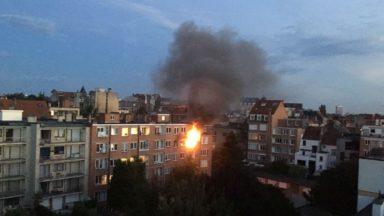 Impressionnant incendie à Ixelles: une personne emmenée à l'hôpital