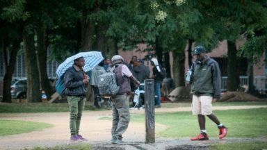 Ramassage des sacs de couchage au parc Maximilien: la police appelle à l'apaisement